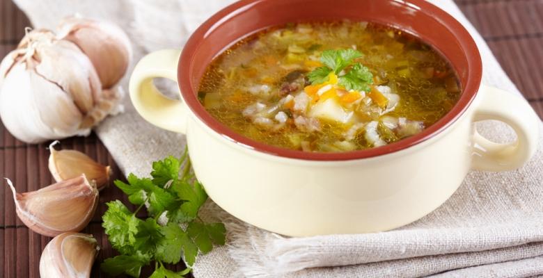 Как сварить суп с перловкой и солёными огурцами